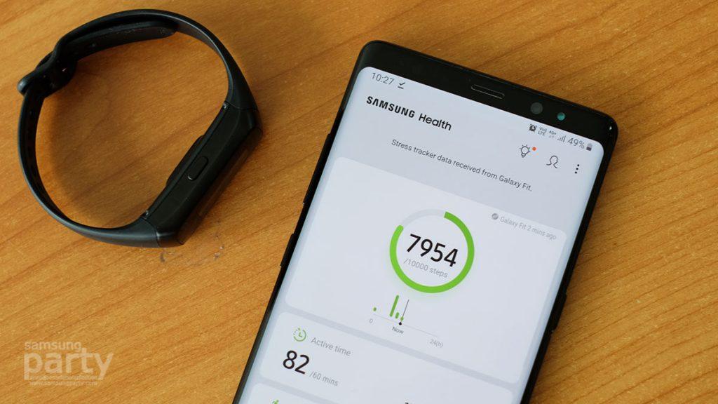 นอกจากนี้หากยังต้องการดูข้อมูลต่างๆ แบบละเอียดหรือแบบย้อนหลัง ก็สามารถแตะเข้าไปดูได้ที่ Samsung Health แอพพลิเคชั่นเพื่อสุขภาพจากซัมซุง เพื่อดูข้อมูลก้าวเดิน, เวลาที่มีการขยับร่างกาย, การออกกำลังกาย ทั้งนี้ยังมีการตรวจจับการนอนหลับของเราว่าลักษณะการนอนหลับเป็นอย่างไร หลับลึกเท่าไร